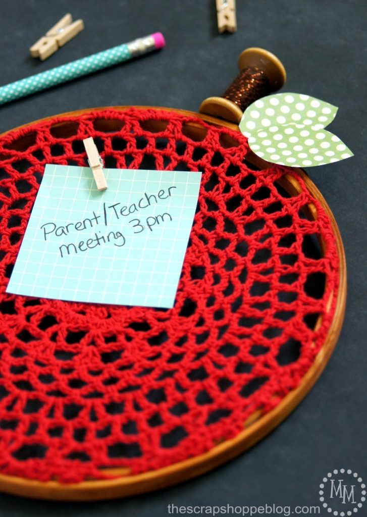 Turn an embroidery hoop into an apple perfect for hanging notes for class. Such a fun teacher gift idea for back to school!