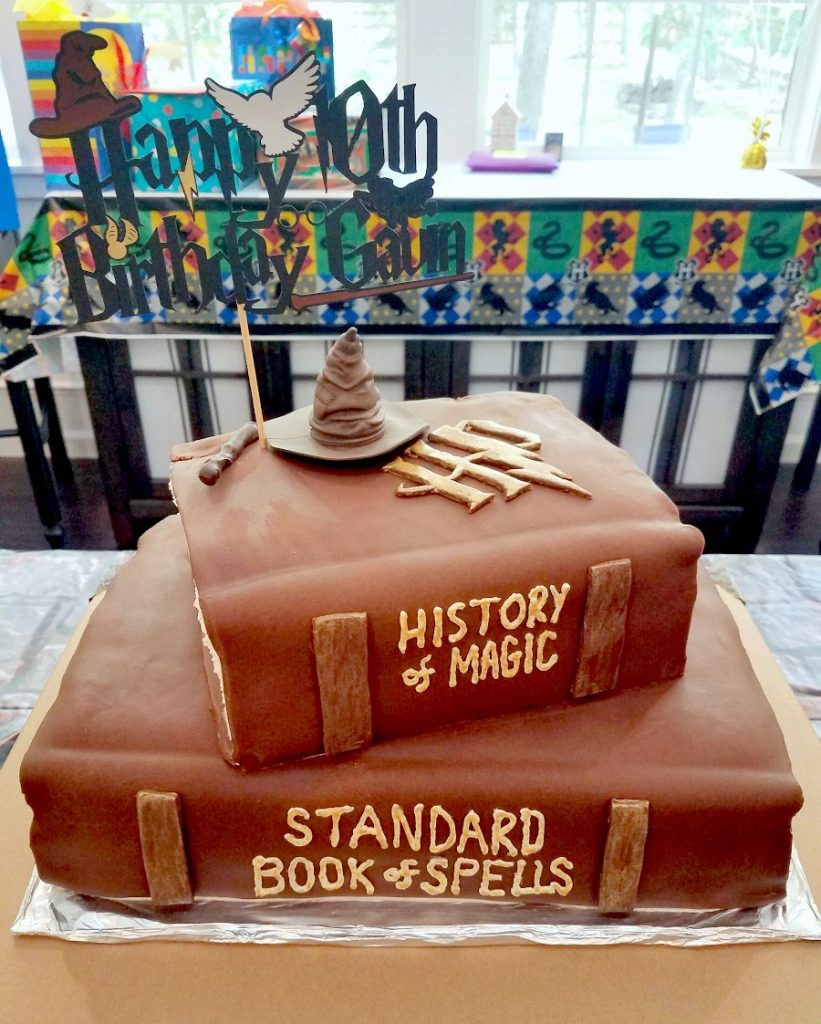 Get inspired with some simple Harry Potter party decoration ideas and a Hogwarts books cake!